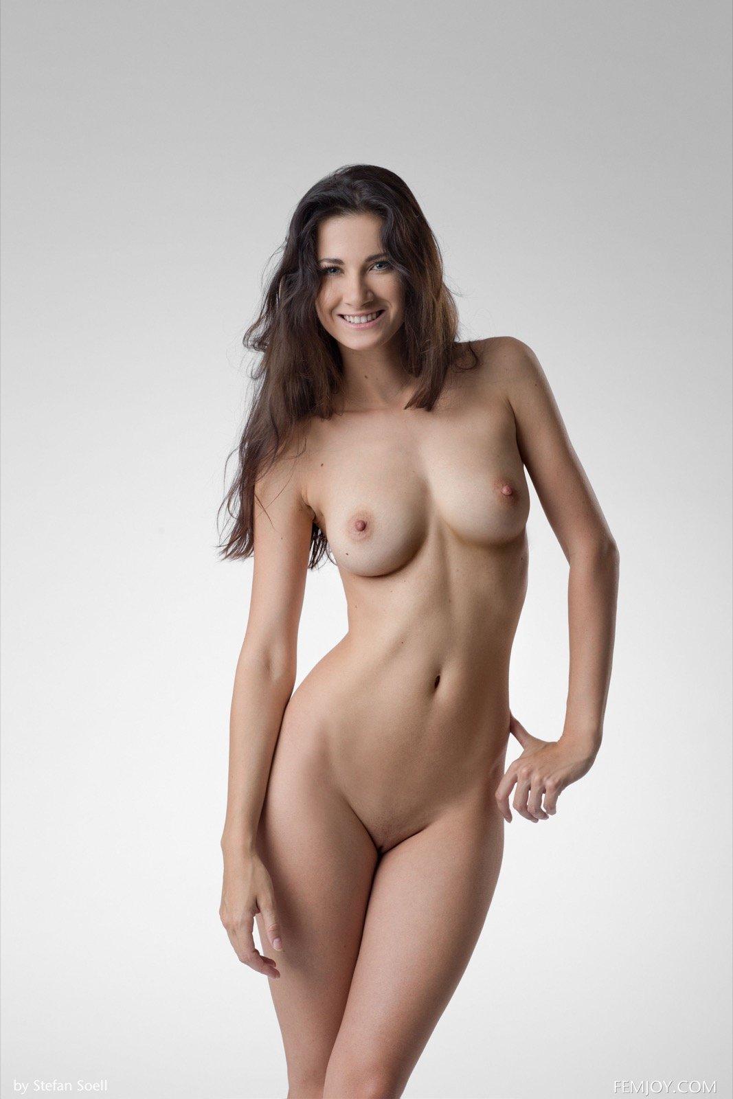 Очаровательная фигура голой красотки